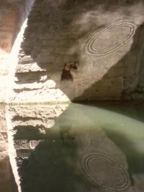 sous le vieux pont de Béziers, reflets d'eau