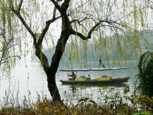 lake-219099_640