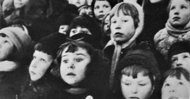 640px-Ленинград_блокадный._Дети_наблюдают_за_самолетами